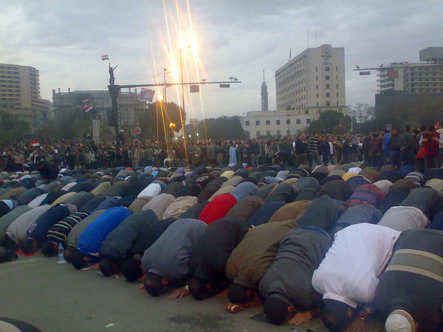 Коран помогает вспомнить простую правду жизни. Молитва на площади Тахрир, Каир. Фото: Ramy Raoof