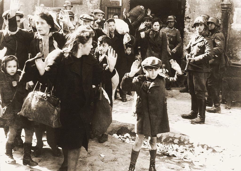 Фотография из рапорта Юргена Штропа, руководившего подавлениемвосстания в Варшавском гетто. Оригинальная подпись гласила: «Силой извлеченные из убежища».