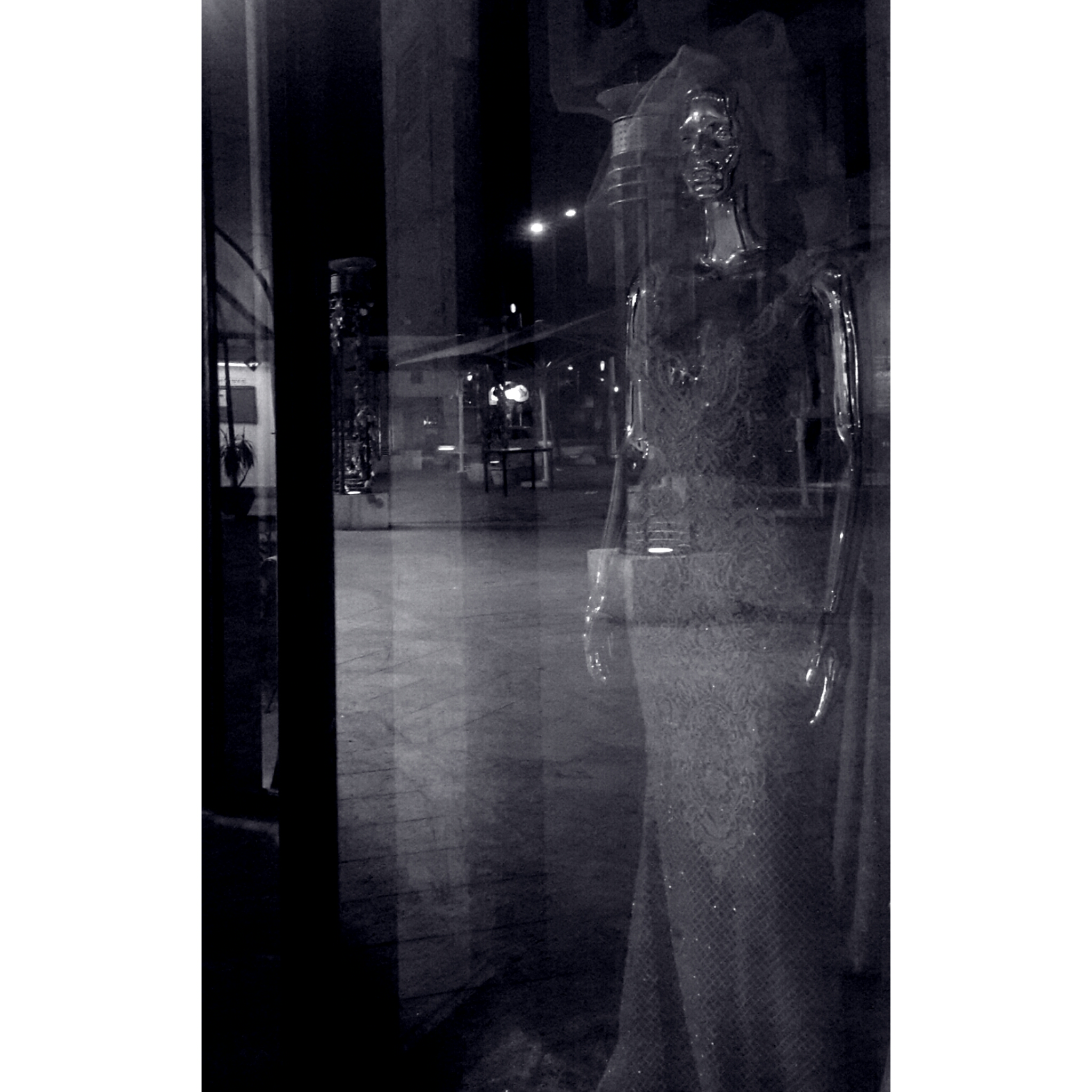 Женщина за стеклом - relevant